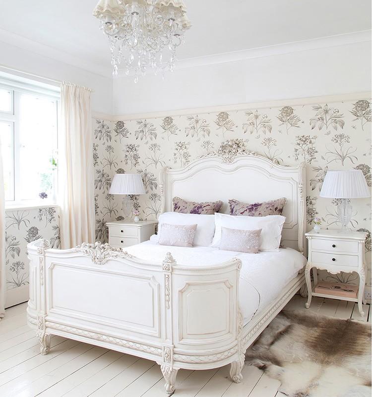 Можно найти мебель с большим уклоном в королевское изящество благодаря рельефным элементам.