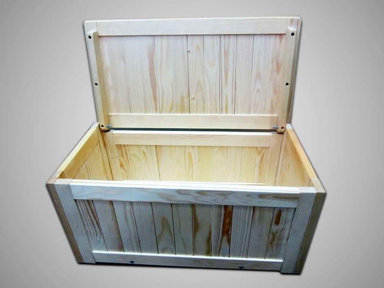 Деревянный контейнер с крышкой – самая простая система хранения овощей на балконе