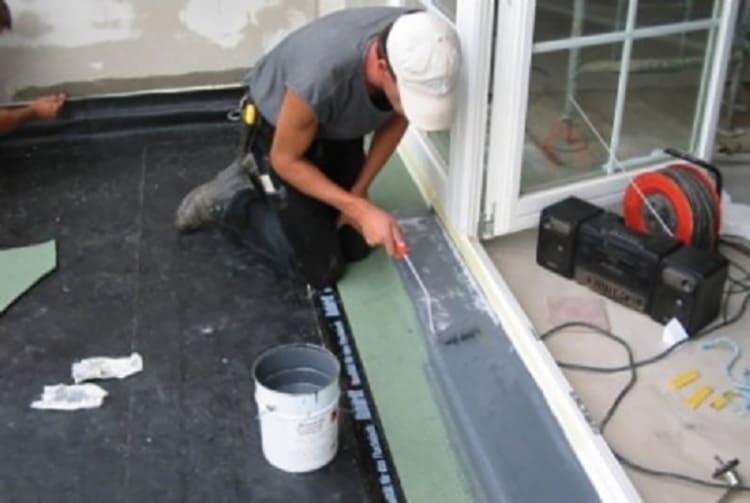 Подготовка укладки напольного покрытия. Грунтовкой ГФ-021 покрывают подложку в местах наиболее интенсивной эксплуатации