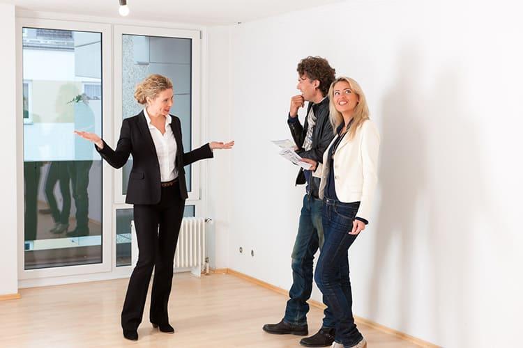 Имейте ввиду, что при самостоятельной продаже вам придётся лично встречаться, и не раз, с потенциальными покупателями, отпрашиваться с работы, чтобы показать им квартиру, и бегать по инстанциям для оформления сделки