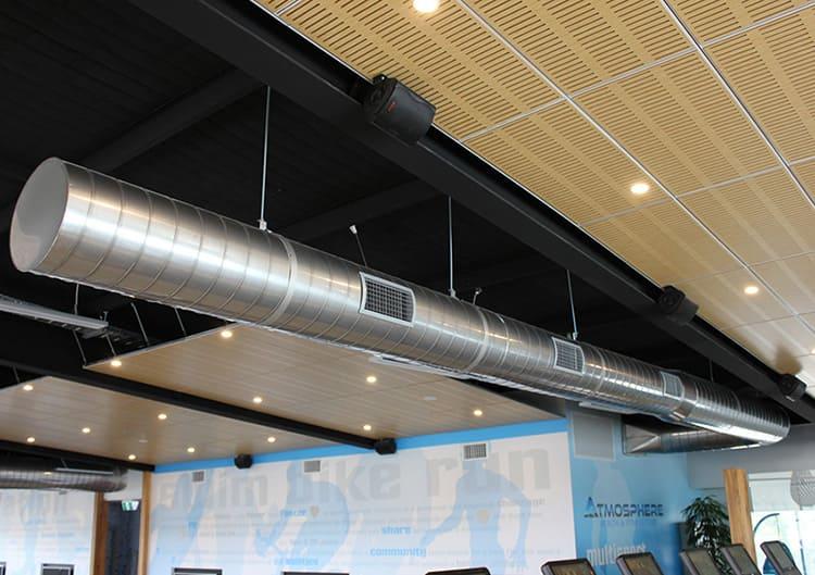 Круглый воздуховод декоративного типа на подвесных держателях