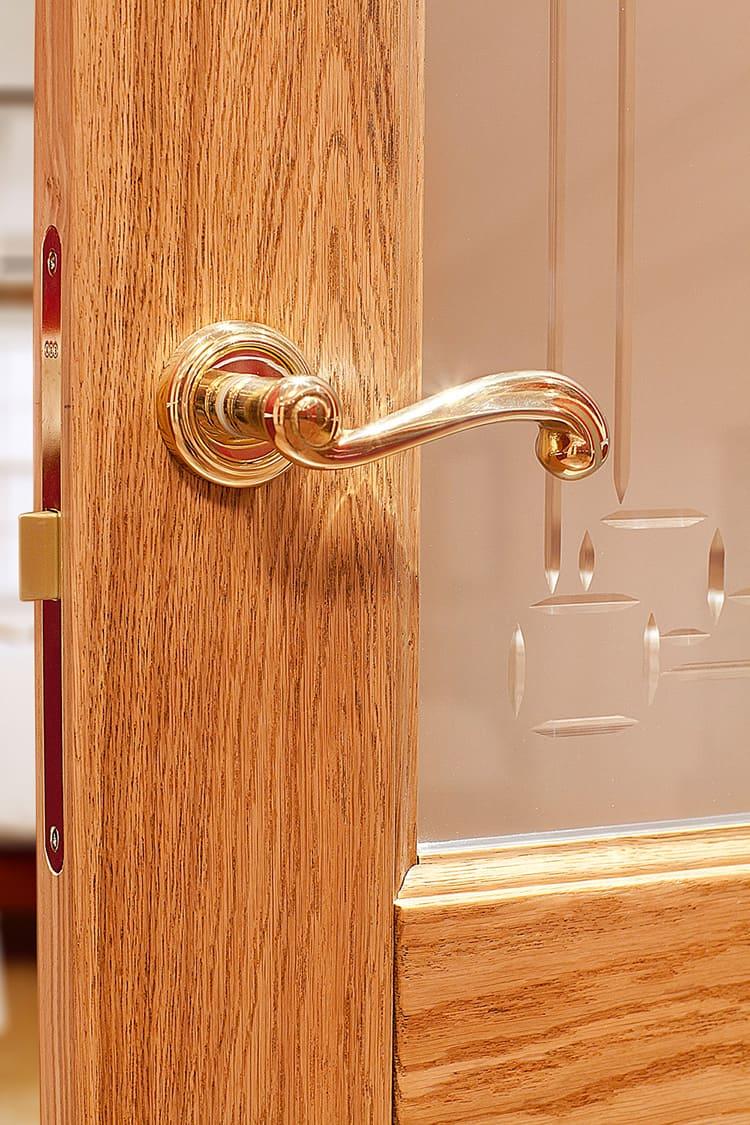 Простой и удобный механизм удержит ваши двери от открывания при проветривании.