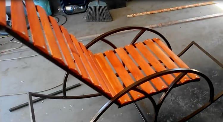 Фото кресла-качалки из металла, сделанного своими руками