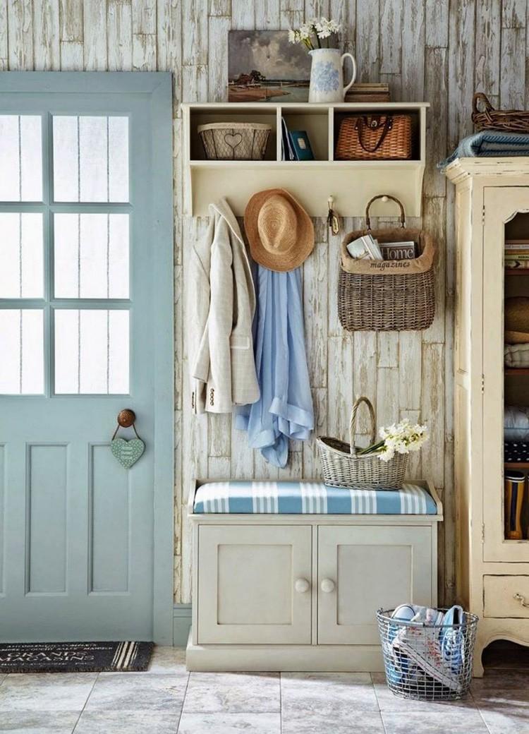 Вешалки, совмещённые с удобной банкеткой и обувным ящиком, остаются самыми популярными мебельными изделиями для прихожих.