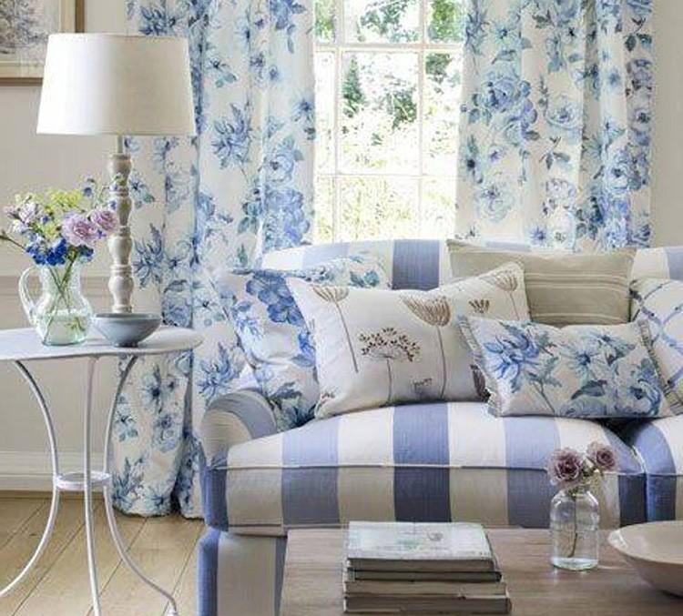 Бело-синий дизайн подразумевает подходящую меблировку и не загруженность мелкими деталями.