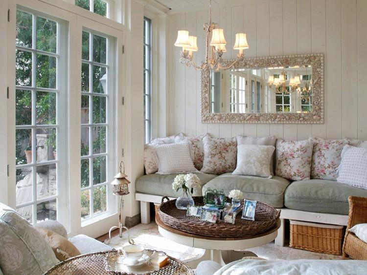 Кому-то зеркала в гостиной могут показаться неуместными, но если их убрать из этого интерьера, то и дизайн во многом проиграет. Корзины служат не только удобным местом для хранения, но и выполняют декоративную функцию.