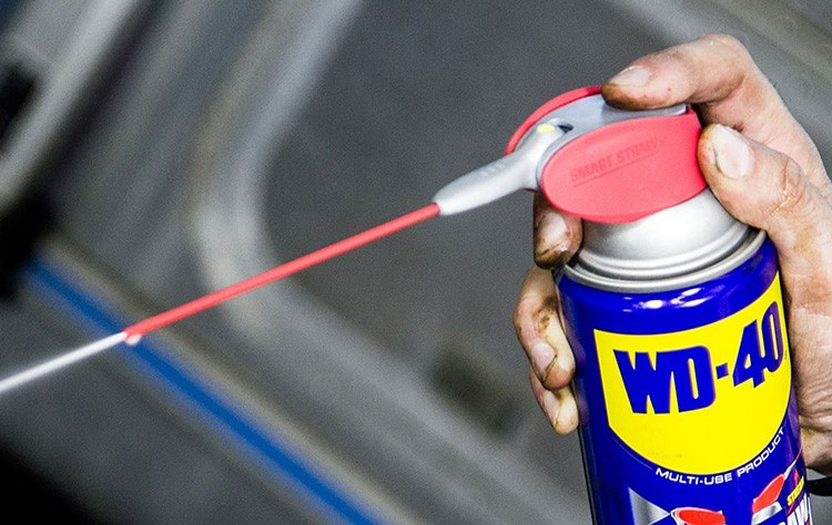 Перед извлечением обломка болта обработайте его аэрозольной смазкой WD-40