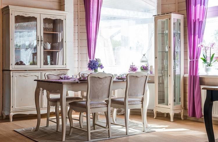 Кремовые тона стола впишутся в любое цветовое сочетание прованса.