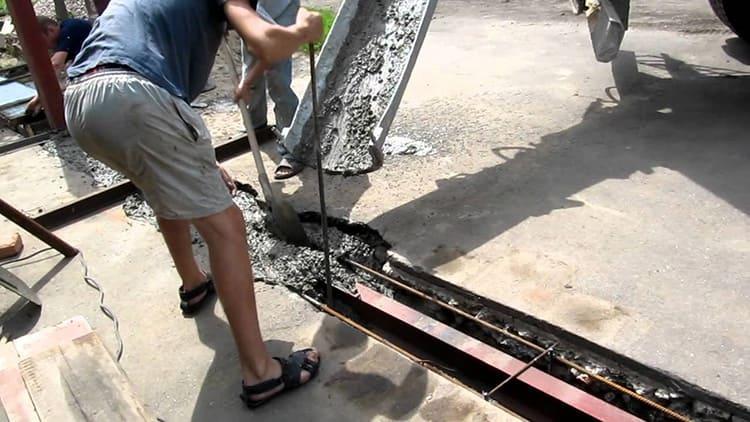 Заливка бетонного раствора для бетонного основания выполняется постепенно