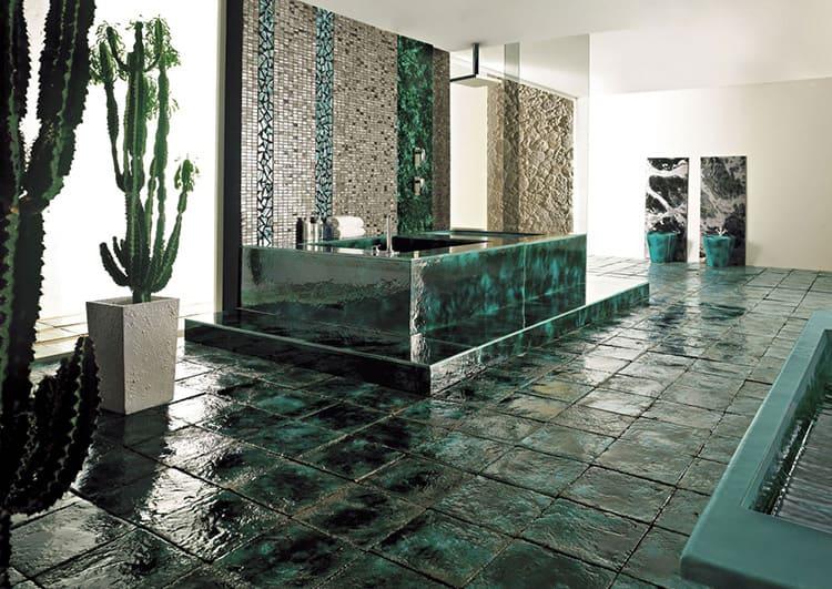 Поверхность совершенно не боится влаги, жидкую плитку уместно использовать в ванной комнате