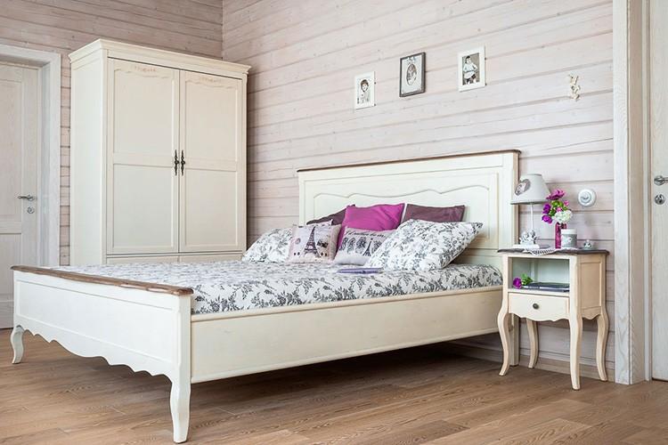Если комната деревянная, то и мебель выбирают под стать стенам. Никаких чрезмерных акцентов, всё органично и удобно.