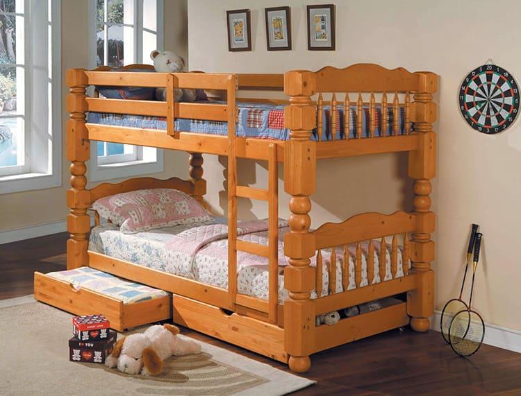 Деревянная кровать с резными элементами