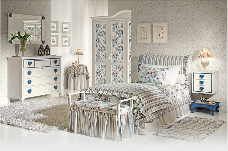 Кроме обилия мелких цветочков, в комнате по-детски хорошо из-за мебели с плавными формами, детского комодика, удобной банкетки.