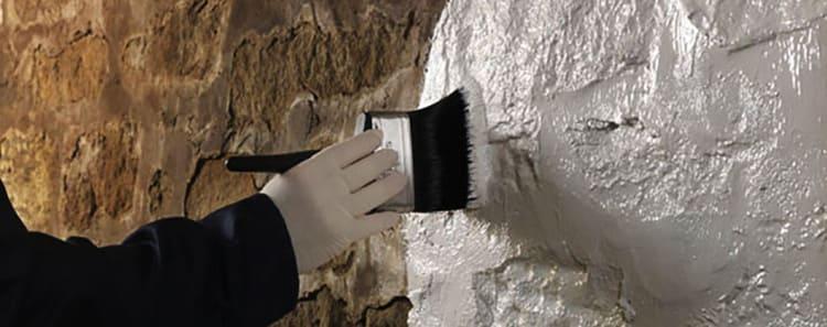 Обработка стены – ГФ-021 используется для укрепления рыхлых участков