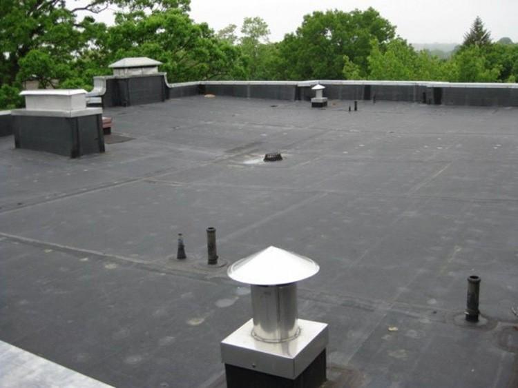 Если поверхность крыши залита мастикой или застелена рулонным материалом, лучший выбор – внутреннее водоотведение