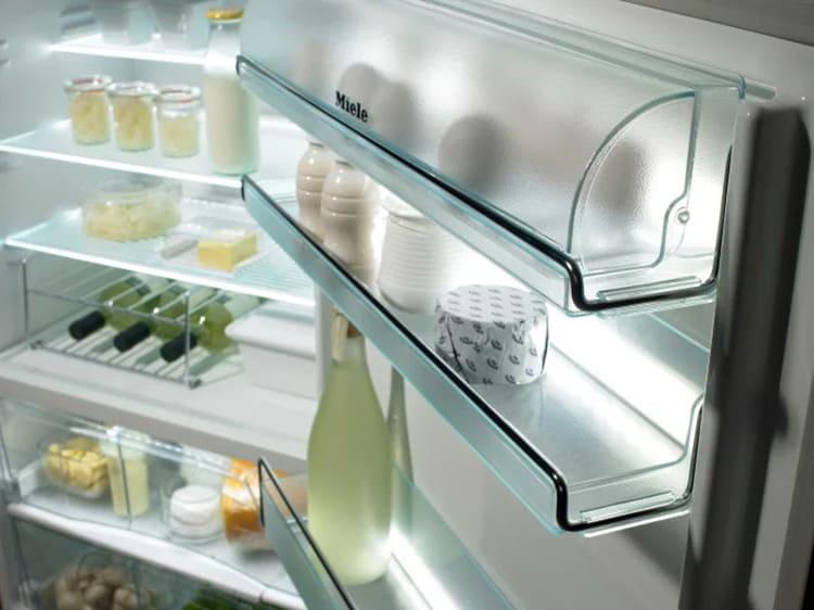 В дверцу переезжают яйца, сливочное масло, напитки, майонез, кетчупы, сыры любого типа, а также те продукты, которые планируются съесть в ближайшее время.
