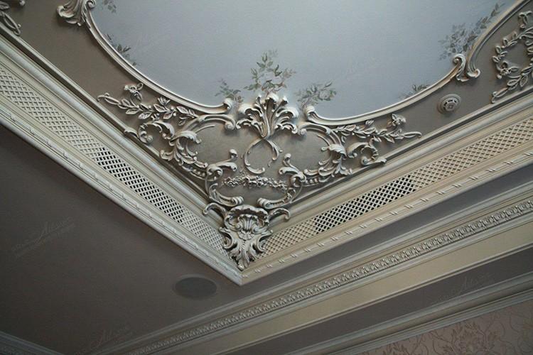 Все элементы потолочного декора должны сочетаться между собой
