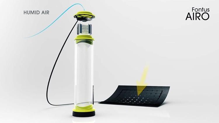 Работает фляга от миниатюрной солнечной батареи, которая и запускает конденсатор