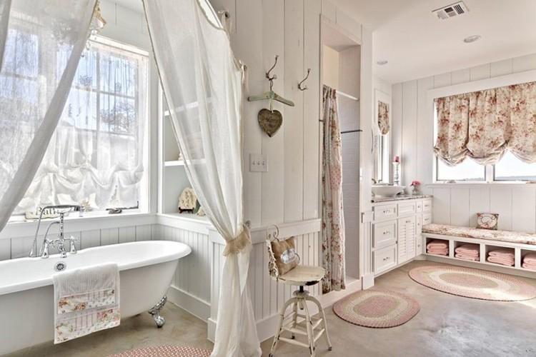 Ванная в провансе выглядит богато убранной за счёт таких деталей, как оригинально висящая шторка, австрийские шторы, интересные вешалки.