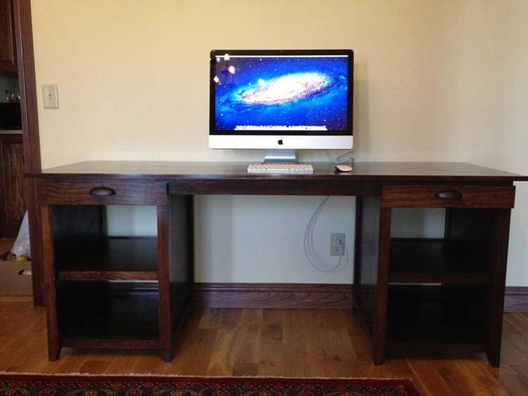Собранный своими руками компьютерный стол из дерева
