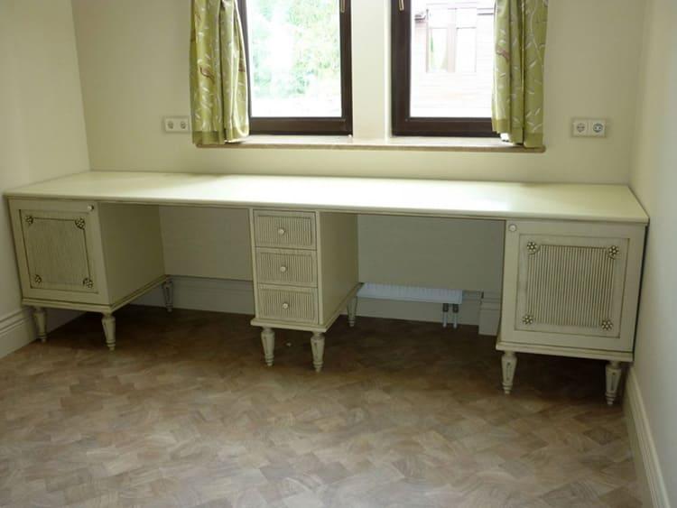 Письменный стол в классическом стиле для двоих детей
