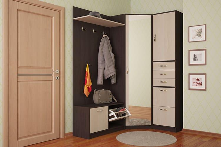Угловая мебель экономично использует пространство небольшой прихожей.