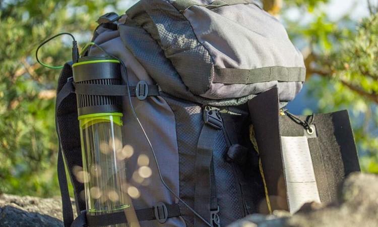 Насос с вентилятором всасывает окружающий воздух в бутыль. Он преодолевает систему фильтров и проходит в охлаждающую камеру, где и конденсируется влага