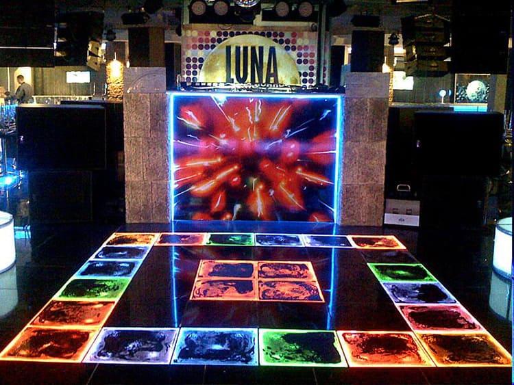 Подобные покрытия можно встретить в барах, на танцполах и в игровых комнатах торговых центров