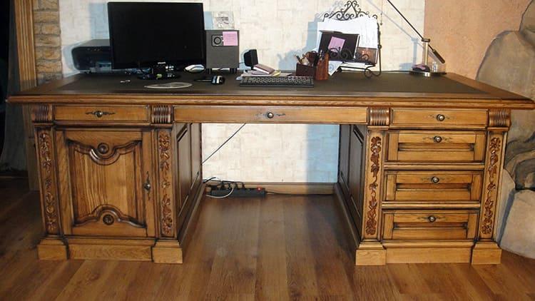 Письменный стол из дерева красив и прочен, но это не лучший вариант для школьника