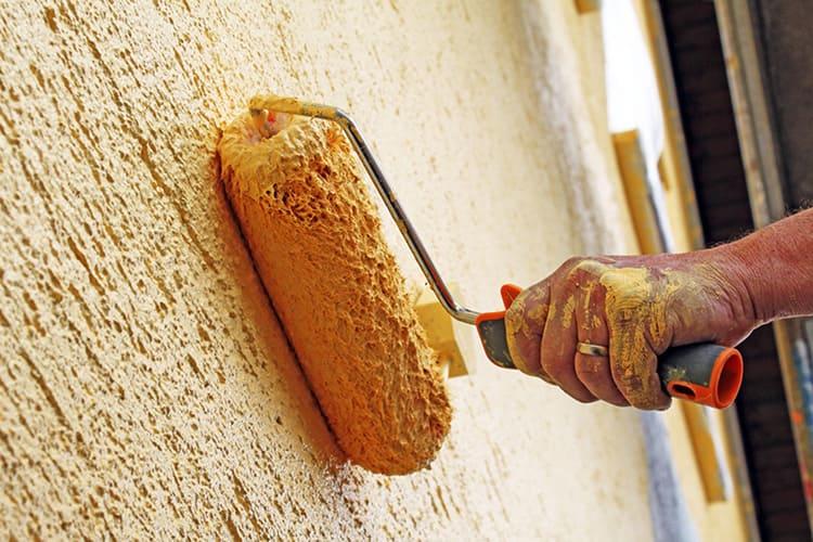 В противном случае ворс останется на стенах, а это будет очень некрасиво
