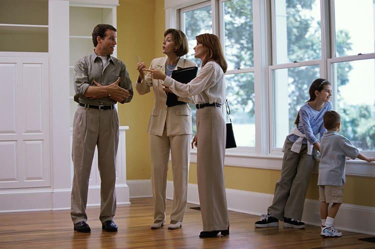 Исследования показывают, что именно при осмотре недвижимости при естественном освещении покупатели чаще принимают положительное решение