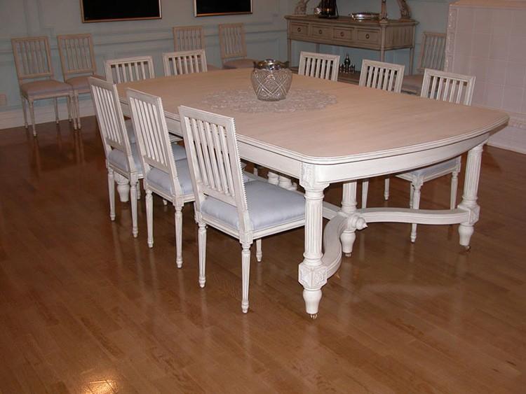 Большие столы с резными элементами не смотрятся громоздко, зато очень красивы и удобны.