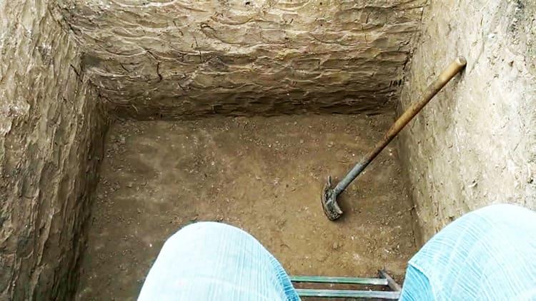 Для начала под балконом нужно выкопать яму