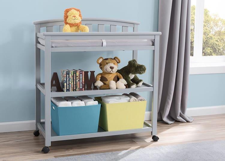 Этажерка вмещает детское бельё и все необходимые мелочи для ухода за ребёнком.