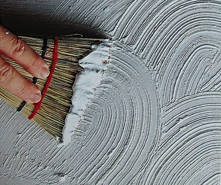 Наносить узоры можно даже веником: тонкие веточки проса оставят на поверхности неглубокие борозды, которые ярче проявятся после покраски
