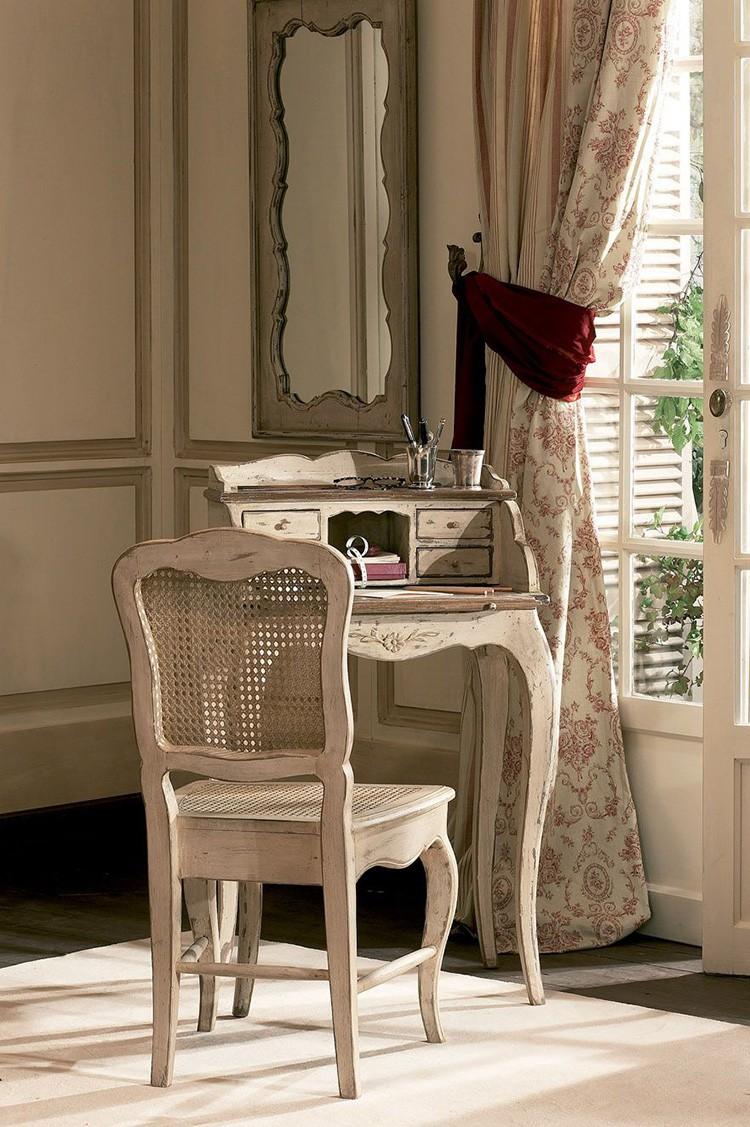 Простые деревянные стулья с плавными линиями и естественным тоном подойдут всюду.