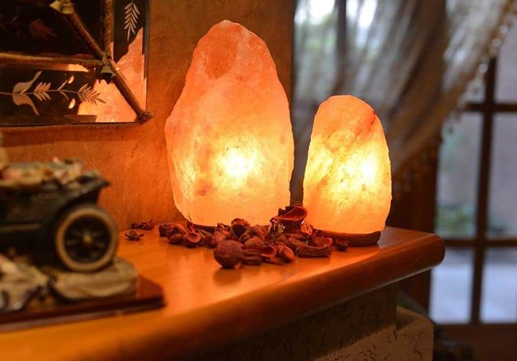 Лампа способствует очищению комнатной атмосферы и снятию отрицательного электростатического напряжения на рабочем столе.