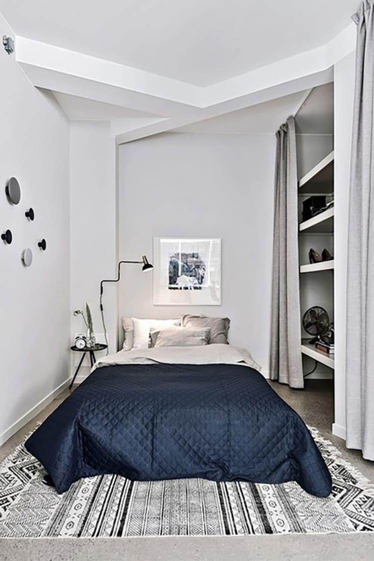 Даже небольшая спальня в скандинавском стиле может быть удобной и функциональной