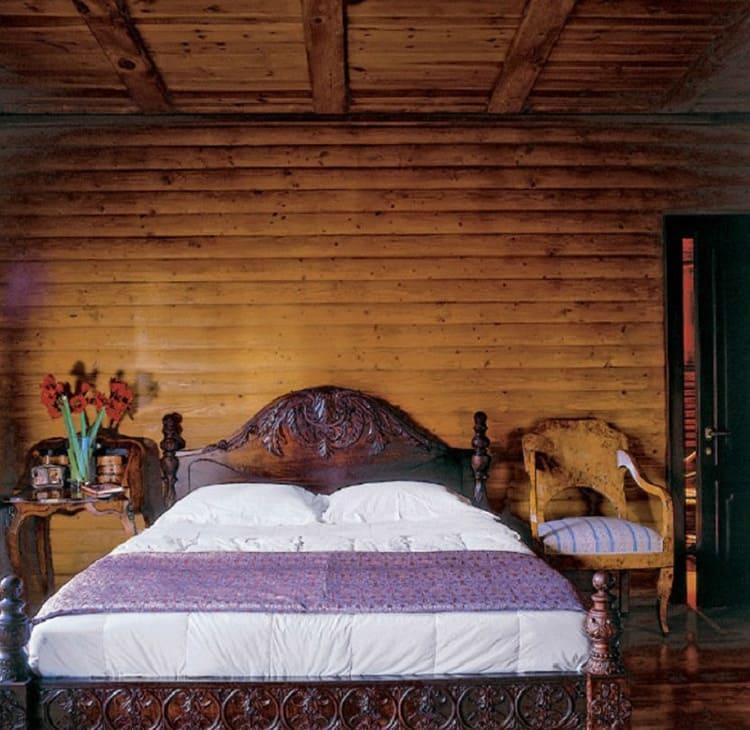 Консоль-столик и кресло подобраны в едином стиле с антикварной кроватью