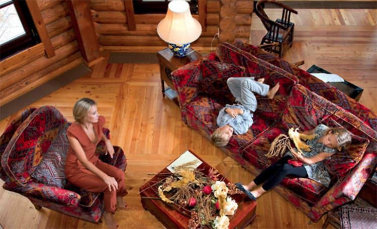 Мягкая мебель была привезена с прежнего места жительства и под нее уже подбирали всю обстановку гостиной