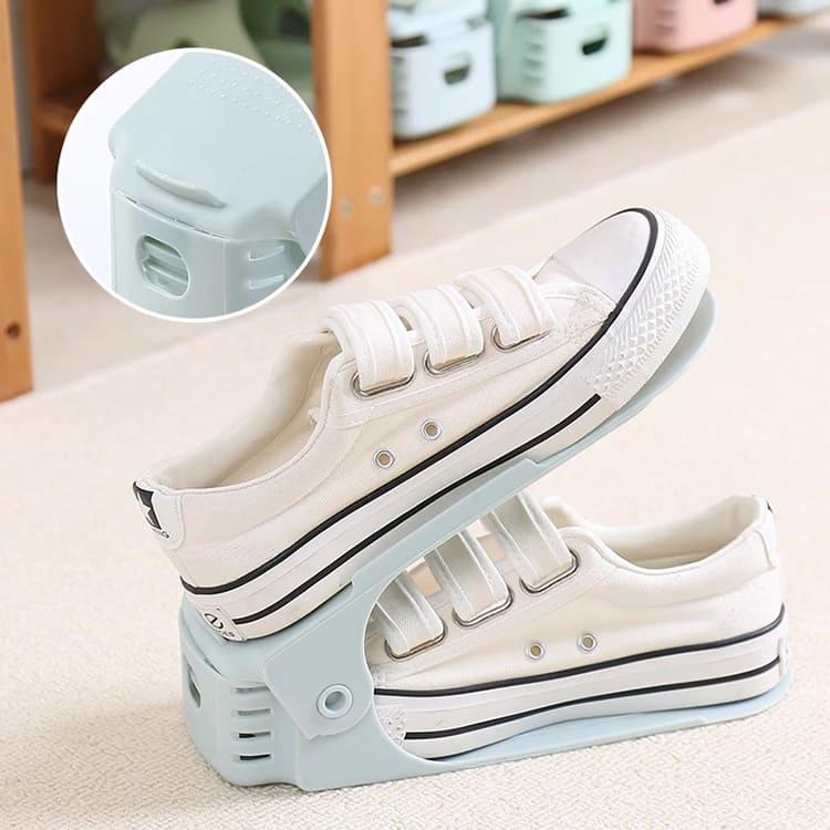 Это небольшое приспособление даёт возможность размещать туфли и ботинки один над другим, что значительно экономит место в шкафу.