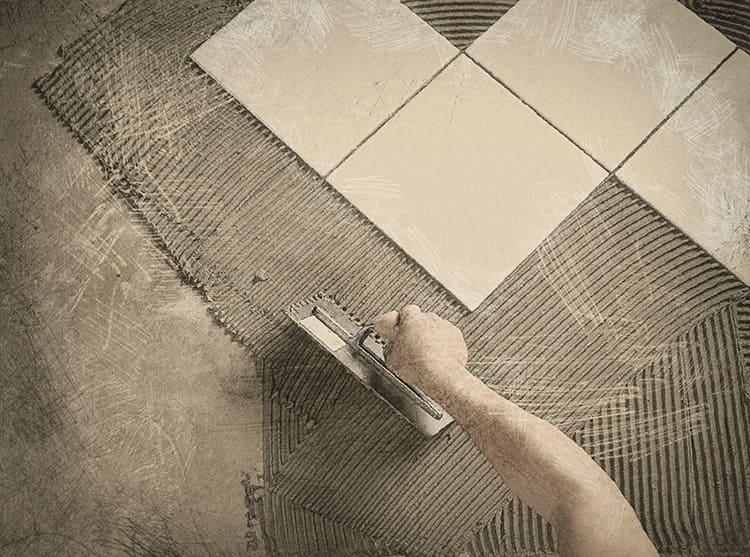 Правильно подобранный клей обеспечит надёжную фиксацию плитки.