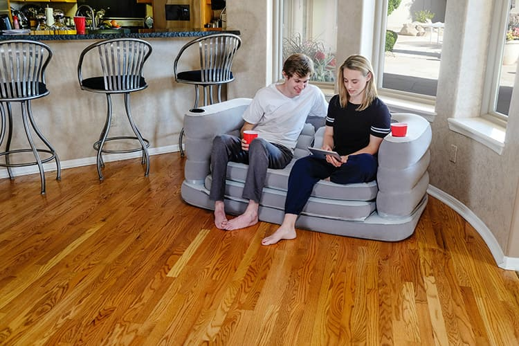Если все безнадёжно, а купить новую мебель вы пока не можете, отличный выход – надувной диван.