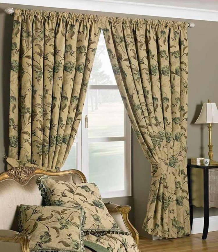 Плотные шторы помогут сохранить тепло в квартире.