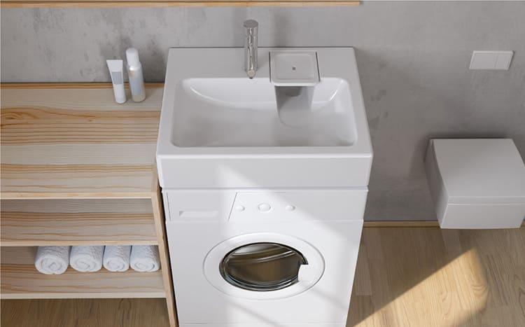 Неплохая идея – установка стиральной машины под раковиной. Есть специальные раковины с плоскими сифонами, которые можно установить именно таким образом. Такие раковины сложно назвать удобными в использовании, но если есть такая необходимость – неудобство оправдано.