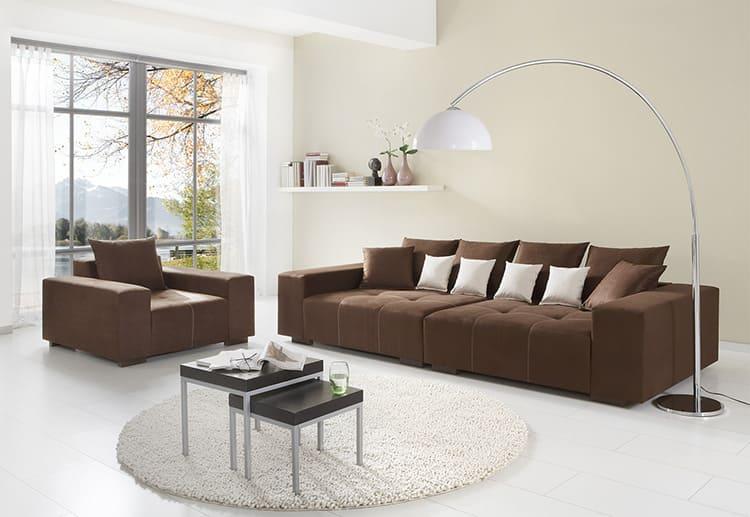 Рекомендуется мягкая мебель кубического формата с наличием жёстких подлокотников и прямоугольных подушек