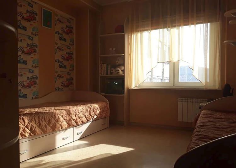Больше времени проводите в маленькой комнате, так как она нагреется даже от вашего дыхания. Большие помещения лучше держать закрытыми.