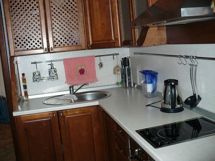 Рейлинги по всему периметру кухонного гарнитура