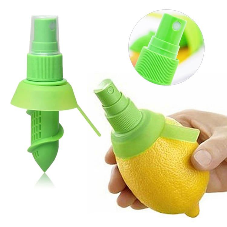 Устройство легко вкручивается внутрь лимона.