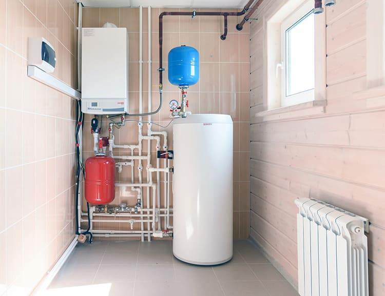 Закрытые бачки незаменимы для двухконтурной системы, в которой одновременно подогревается вода для кухни и ванной.